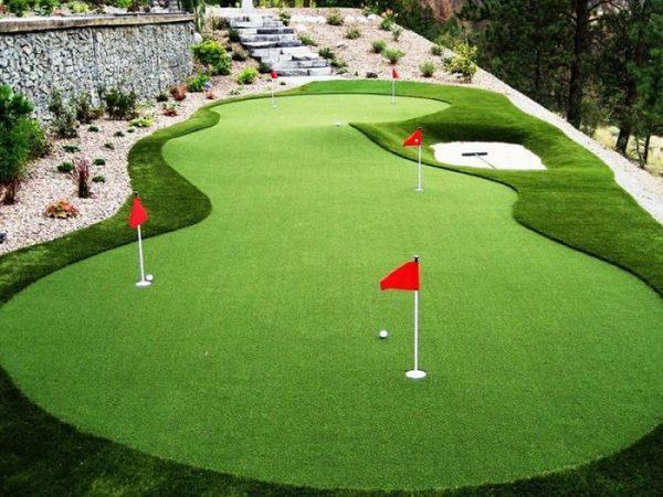 Sân gofl làm từ cỏ nhân tạo rất bắt mắt