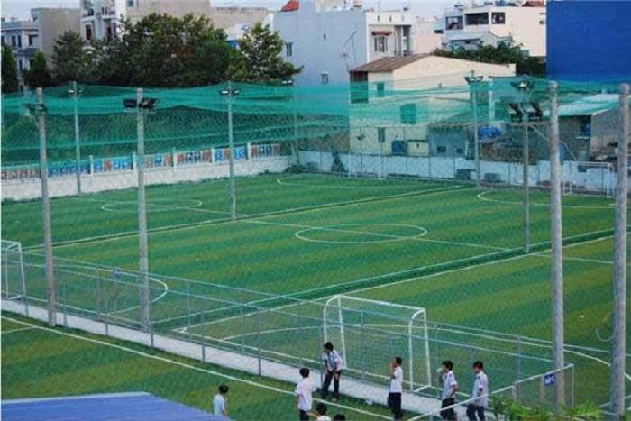 """Sân bóng được bảo vệ bằng lưới chắn để bóng khỏi """"chạy"""" mất"""