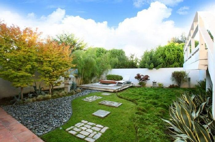 Thiết kế sân vườn đẹp với cỏ nhân tạo