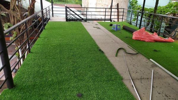 Công trình thi công thảm cỏ ở quán cà phê cho khách hàng